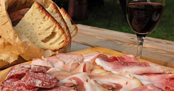 tagliere-salumi-pane-vino